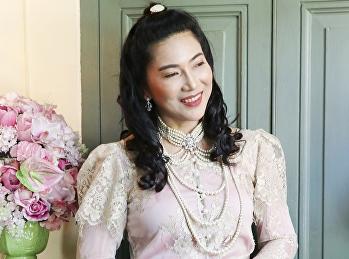 ถ่ายภาพการแต่งกายด้วยผ้าไทย ในกิจกรรมรณรงค์การแต่งกายผ้าไทย ภายใต้โครงการพัฒนาเอกลักษณ์มหาวิทยาลัยราชภัฏสวนสุนันทา